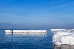 以一座冰山的形式防堤在一个晴朗的冬日 免版税图库摄影
