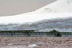 一座冰山的边缘在南极洲的寒冷水域中 库存照片