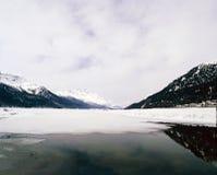 一座冻湖、雪和山的一个惊人的看法在阿尔卑斯瑞士 库存图片