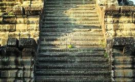 一座古庙的古老步在早晨 免版税库存照片