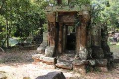 一座古庙的废墟在柬埔寨 免版税库存图片
