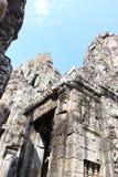 一座古庙的废墟有石头和面孔的在Cambodi 库存图片