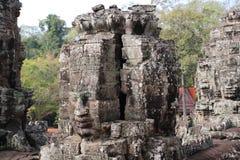 一座古庙的废墟有石头和面孔的在Cambodi 库存照片