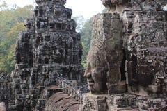 一座古庙的废墟有石头和面孔的在Cambodi 免版税库存图片