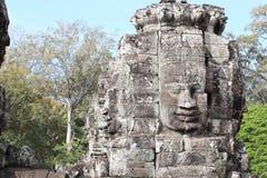 一座古庙的废墟有石头和面孔的在Cambodi 免版税库存照片