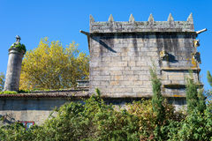 一座古老城堡的塔在蓝天背景的  库存照片