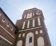 一座古老城堡的高塔在太阳光芒的  库存照片