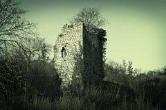 一座古老城楼的老石废墟 免版税库存图片