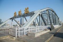 一座古老桥梁在1933年修筑的在广东,广州省,中国,是名为海珠桥梁的充分的钢结构 免版税库存照片