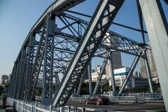 一座古老桥梁在1933年修筑的在广东,广州省,中国,是名为海珠桥梁的充分的钢结构 免版税库存图片