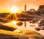 一座古老灯塔在黎明, 免版税库存照片