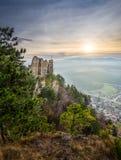 一座城堡和村庄的废墟与山的在背景中 免版税库存图片