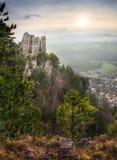 一座城堡和村庄的废墟与山的在背景中 免版税库存照片
