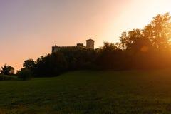 一座城堡的剪影在一座山的在日落 意大利,安杰拉 城堡Rocca二安杰拉 库存照片