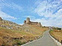 一座城堡的历史废墟在一个晴天 库存图片