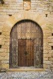 一座城堡的古老木门在Peratallada,西班牙 免版税库存图片
