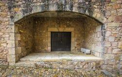 一座城堡的古老木门在Siguenza,西班牙 库存照片