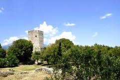 一座城堡的夏日视图在废墟的 库存照片