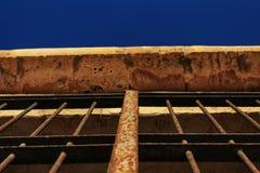 一座城堡的生锈的伪造的门在阿尔梅里雅 免版税库存照片