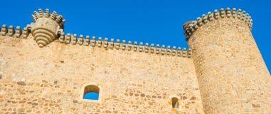 一座城堡的细节在阳光下在蓝天下 免版税库存照片