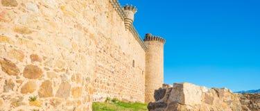 一座城堡的细节在阳光下在蓝天下 免版税库存图片