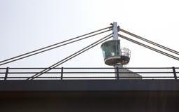 一座塔台的特写镜头视图在桥梁顶部的 库存照片