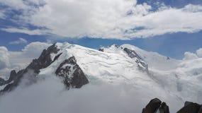 一座多雪的山和云彩的看法在勃朗峰断层块,上萨瓦省,法国,欧洲 免版税库存照片
