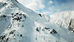 一座多雪的山的土坎 一切用雪盖 库存照片