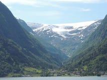 一座多雪的山的看法与冰川的 免版税库存照片