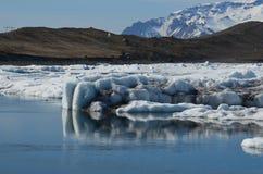 一座大冰山的侧视图与很多沉积的对此 库存图片