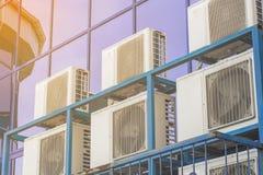 一座大办公楼的墙壁与蓝色窗口和空调的 库存图片