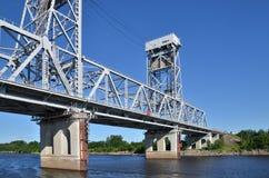 一座大桥梁通过河伏尔加河,俄罗斯 库存图片