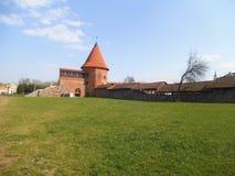 一座好的中世纪城堡在一个公园在考纳斯 库存图片