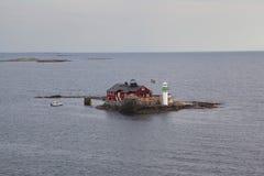 一座孤立灯塔在瑞典礁 库存照片