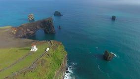 一座孤立灯塔的鸟瞰图在冰岛的海岸的 股票录像
