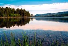 一座安静的湖和农村山的美好的风景下午视图从Valdres,挪威 免版税库存图片