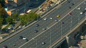 一座宽路桥梁,去在桥梁汽车,顶视图 股票录像