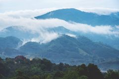 一座寺庙和塔在美丽的山顶部与的云彩 库存照片