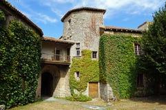 从一座小中世纪城堡的庭院的看法 图库摄影