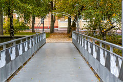 一座小桥梁在有曲拱的一个城市公园 库存照片