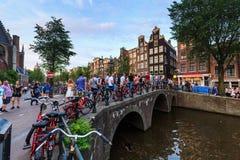 一座小桥梁的看法叫在老镇同水准的Oudekenissteeg 免版税库存照片