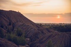 一座山在日落背景中  免版税库存图片