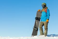 一座山的上面的年轻挡雪板与美丽的天空的在背景 免版税图库摄影