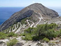 一座山的之字形路在古老锡拉,圣托里尼,希腊 库存照片