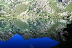 一座山的反射在一个比利牛斯山脉的湖的 免版税库存图片