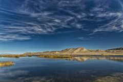 一座山的反射在沼泽地 库存图片