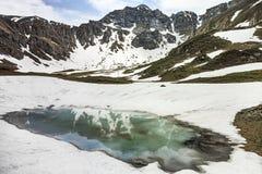 一座山的反射在湖 图库摄影