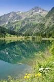 一座山的反射在湖Vilsalpsee 免版税图库摄影