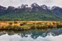 一座山的反映在Mirror湖的 图库摄影