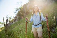 一座山的妇女在日出期间 免版税图库摄影